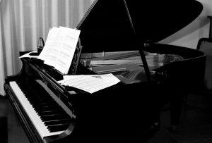 Piano de cola Qué es, características, tipos, partes, cómo se toca, historia