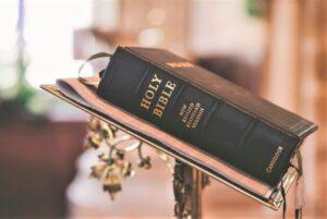 Biblia Qué es, origen, historia, estructura, usos, versiones, importancia